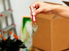verhuisdoos en sleutel nieuwe woonst