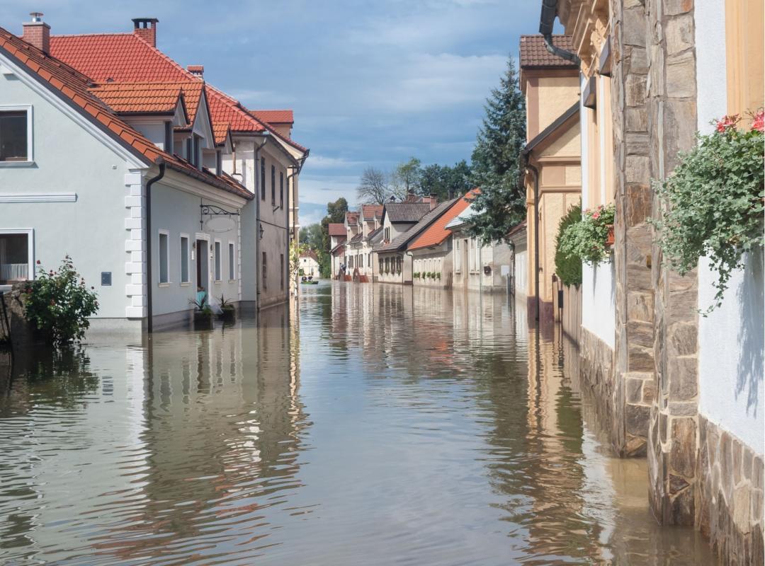 Straat staat volledig onder water, met waterschade tot gevolg.